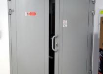 Winda towarowa AP10 o udźwigu 1 tony, drzwi przystankowe na dolnym postoju