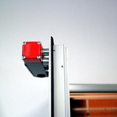 Winda AP10 wyposażona jest w elektrorygle, zamontowane na drzwiach przystankowych