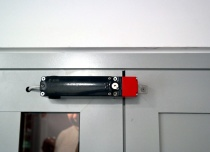 Winda towarowa AP10 o udźwigu 1 tony - elektrorygiel na drzwiach przystankowych