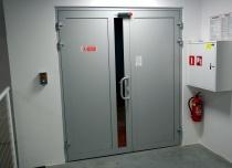 Winda towarowa AP10 o udźwigu 1 tony, drzwi przystankowe na górnym postoju