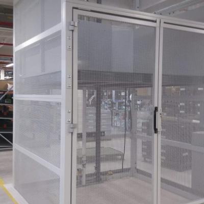 Przystanek dolny platformy towarowej. Konstrukcja ościeżnicy szybu samonośnego i drzwi przystankowych wykonane zostały przez naszą firmę.