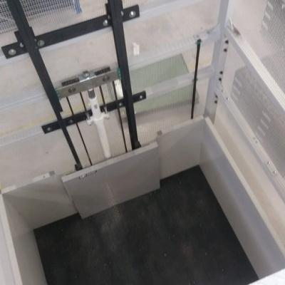 Wymiar roboczy podestu załadunkowego wynosi 2245 x 1900 mm. Obudowa podestu została wzmocniona i wyprofilowana z blachy do wysokości 1100 mm, fotokomórki zainstalowane w połowie wysokości.
