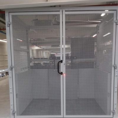 Przystanek górny platformy towarowej. Konstrukcja ościeżnicy szybu samonośnego oraz drzwi przystankowych wykonane zostały przez naszą firmę.