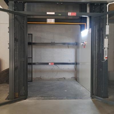 Platforma towarowa przeznaczona do przewozu towarów z operatorem na pokładzie