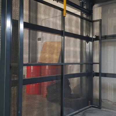 Podest załadunkowy wyposażony został w ścianki zabezpieczające przewożone ładunki