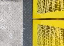 Platforma towarowa w szybie samonośnym, wykończonym malowaniem proszkowym na kolor żółty